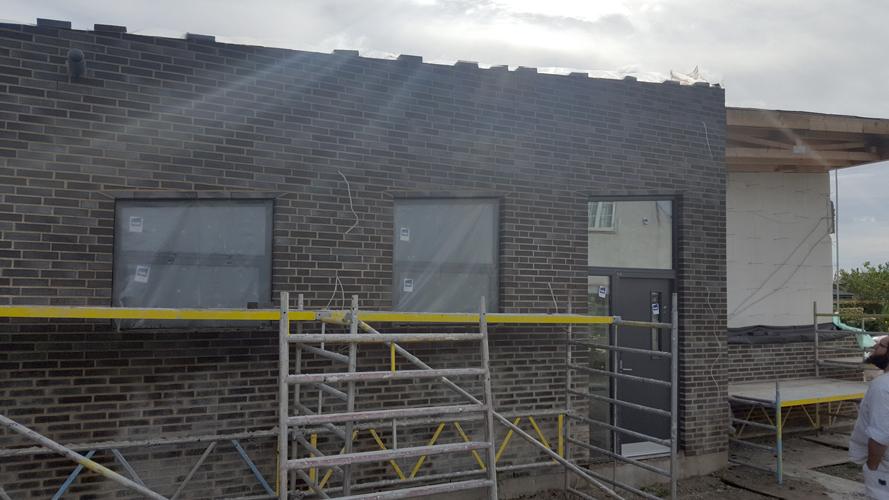 Nybygget hus med ny mur og nye vinduer