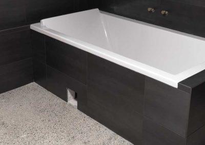 Nyt badeværelse – 30×60 vægflise med sort epoxyfugning