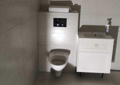 Nyt badeværelse m. 120×120 vægfliser og 30×30 gulvfliser