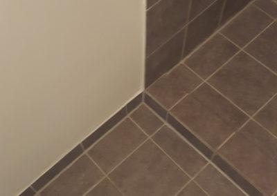 Badeværelse i grå flise
